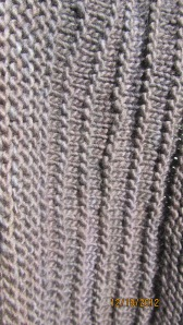色が全然違います。もっと濃い茶色です。ガーターと表編みでどこ簿股間を出していますね。