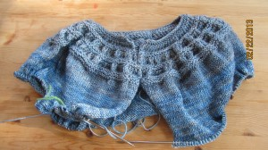 前から見たところです。せっせと身頃を編みます