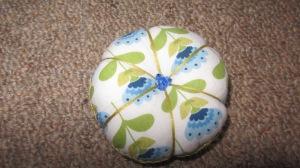 とてもステキな色合いでしょう? 形も可愛いし、針をグサッとさすのがためらわれます。