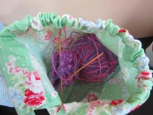 これにはソックスが入っています。4本針で編むのでつんつんしています