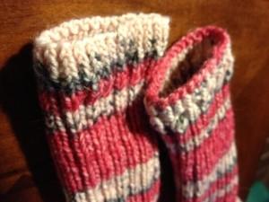 本体は2目ゴム編みなのですが、最初のところだけは伸びてしまうのを防ぐために1目ゴム編み。そして、表編みはtblをしています。前ではなくて後ろ側に針を入れて表編みを編みます。