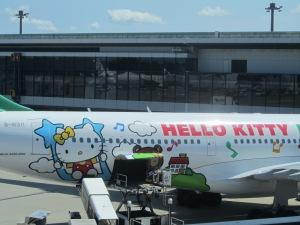 成田で見つけたキティちゃんの飛行機がかわいくてつい、カメラをむけました。あちらこちらでシャッターを切る音が聞こえてましたっけ。
