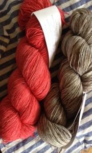 Madelinetosh Merino Light の2色を使います。色はWhiskers, Espadrilles