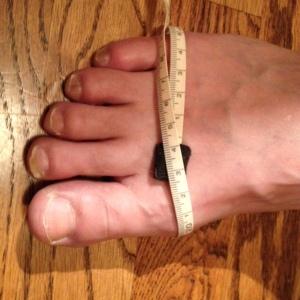 指の付け根の部分の一番幅が広い場所を測ります。