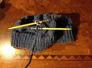 少し細い糸なので104目で編み始めました。1x1(表編みはねじり目)で約5センチ編んでそこからメリヤスです。
