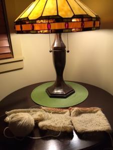 素敵なランプの下に並べてみました。