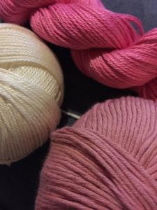 右下の薄いピンクがDebbi Bliss, 左の白い糸がエジプト綿。そして右上がpima fine です。